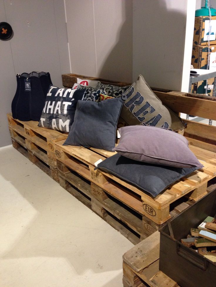 Pallet banquette/settee/couch seating<3