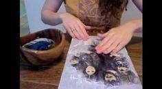 Come trasferire una foto su un pezzo di legno? La risposta in queste immagini di Crystal Hethcote (https://www.youtube.com/channel/UCRoicMERKlhDsoNy5hOihNA). Spalmate un po' di colla sul blocco di legno, dopodiché incollate la foto rivolta verso il basso; lasciate asciugare durante la notte, l'indomani con uno straccio bagnato rimuovete la carta che rimane sulla parte superiore; infine basta sigillare la foto e il gioco è fatto