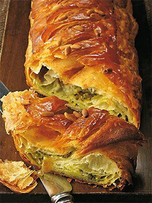 Рецепт «Багет-круассан с песто» из книги «Выпечка сладкая и несладкая» Этот рецепт из раздела «Выпечка и пироги». #recipe #pastry #cookbooks #cookbooksru