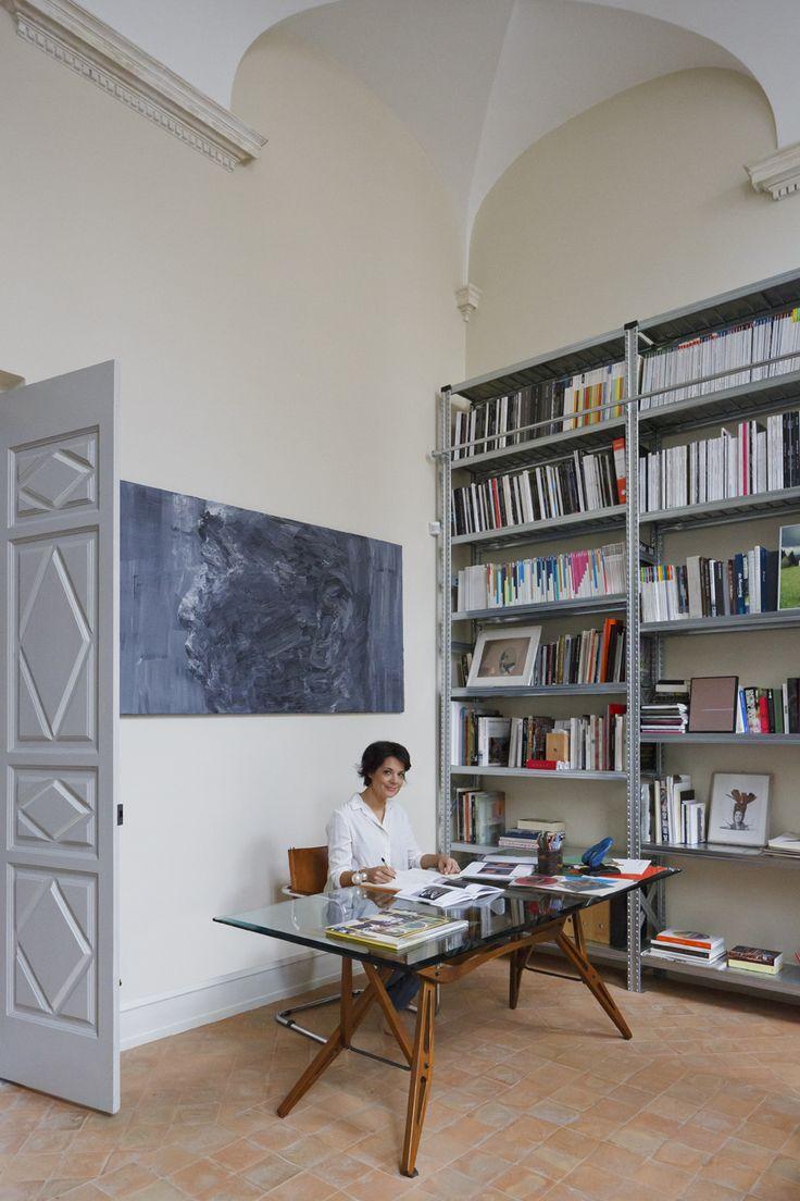 Nello studio di Laura: scrivania Reale di Carlo Mollino, Zanotta e scaffalatura industriale. A parete, opera di Yan Pei-Ming