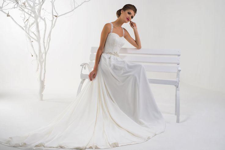 Krásne svadobné šaty s ramienkami zdobené opaskom