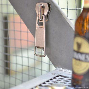 チャックボトルオープナー (栓抜き) 【磁石 チャック型 マグネット キッチン雑貨 バー ファスナー ボトル zip it open bottle opener ジッパー】【HLS_DU】【楽ギフ_包装】【楽ギフ_のし宛書】【RCP】|ROOM - my favorites, my shop 好きなモノを集めてお店を作る