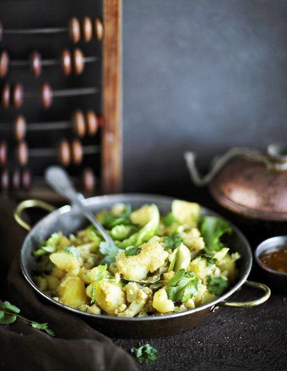 Valmistusaika: 10 min + kypsymiseen 30 min Hinta: noin 3,50 e/annos  2 sipulia noin 5 cm:n pala inkivääriä 1 kukkakaali 8 keskikokoista perunaa 2 rkl rypsiöljyä 1 rkl currytahnaa, esim. Rajah 1 prk (400 g) kookosmaitoa 2 dl kasvislientä  Lisäksi: korianteria, keitettyä riisiä tai naan-leipää  Kuori ja viipaloi sipulit.