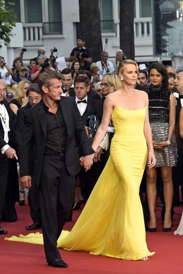 Gli abiti più belli di Cannes 2015 | Charlize Theron in abito lungo giallo strapless con strascico | FOTO