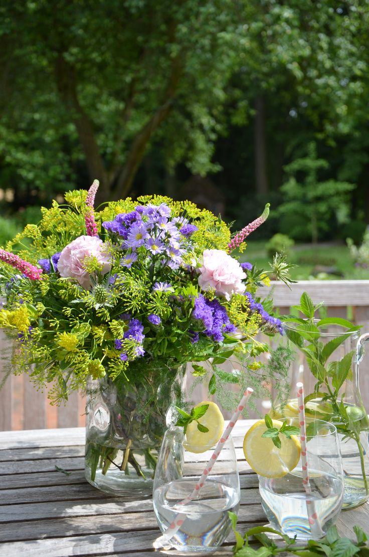 SOMMERLUFT // Dieser luftig gebundene #Strauß erinnert an einen Spaziergang über Wiesen und Felder. Aus rosa-weißen #Nelken, #rosa Asclepia, weißen Disteln und blauen Staticen gebunden, ragen die langen, rosafarbenen #Blüten der Veronika heraus. Violette und gelbe Farbtupfer bringen Septemberkraut, Dill und Bubleurum // Lieferbar bis zum 09.09.2015 #blumen #flowers #garden #sommer #summer #lemonade #blume2000 #blume2000de