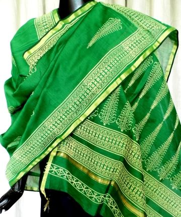 This beautiful hand block print chanderi dupatta has a beautiful leaf pattern in cream color, and a golden border. Very graceful, and ideal for evening wear. - See more at: http://www.giftpiper.com/Hand-Block-Print-Chanderi-Dupatta-Green-id-672225.html#sthash.NajVRaOJ.dpuf