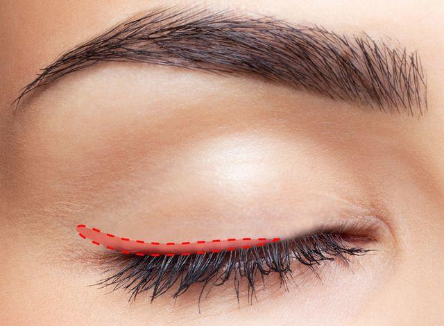 アイラインの引き方徹底解説!基本形と、目のタイプ別引き方 - Clara Style 3 アイラインが滲んだ時の対処法と、滲まないための予防策