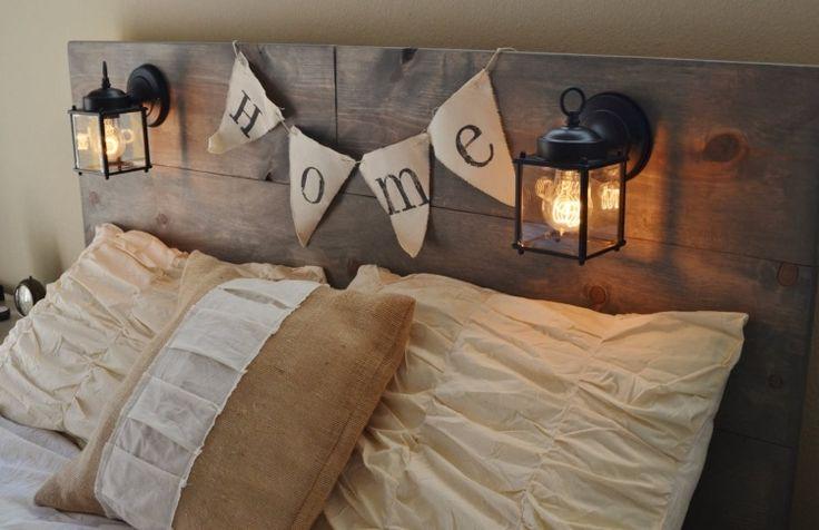 tête de lit palette de bois brut, éclairage intégré et literie blanc neige