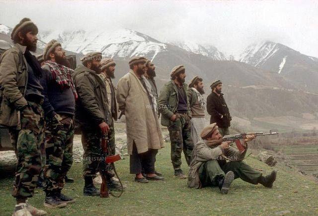 شهید احمد شاه مسعود (ره) با جمی از همسنگران.
