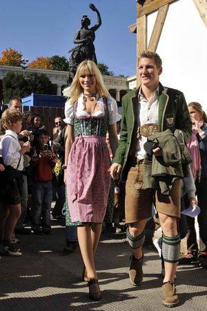 ディアンドル(Dirndl)とはドイツ南部のバイエルン州からオーストリアのチロル地方を中心に着用される女性用民族衣装です。 もともとはアルプス山地の農家の女性の衣装が広まっていったものだそうです。 民族衣装の例に漏れず日常的な着用はされていませんが、五月祭やオクトーバーフェストなどのお祭りの際に広く着用されています。 以前は古臭いものとして、お祭りの際も若い人は好んで着用していなかったようですが、近年は現代風のデザインの物が多く出回り、人気が出てきています。 デパートや街中にも専門店があったりするそうなので、着物のような扱いでしょうか。 夏祭りで着る浴衣くらいの気軽さでしょうね。