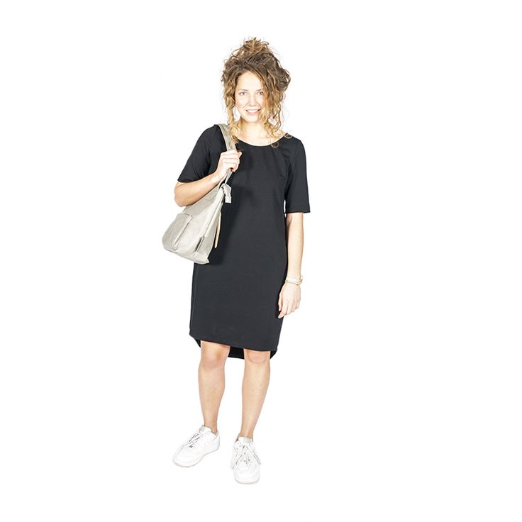 Leuk basic jurkje zwart Heerlijk zacht en stoer jurkje gemaakt van draagbaar jersey. Doordat de stof wat steviger is en er ook wat stretch in zit, is de pa