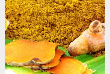 Le curcuma est une épice anti-inflammatoire qui a la propriété de piéger les radicaux libres grâce à son pouvoir antioxydant par l'action des curcuminoïdes dont le principal est la curcumine.