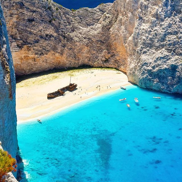 ✽✽✽ Zakynthos / Greece . ナヴァイオビーチの真ん中には錆びた難破船 オブジェみたいで絵になる存在♪ …………………………………………………… #ザキントス島 #ナヴァイオビーチ #シップレックビーチ #ギリシャ #tomo_50_Greece_ 🇬🇷