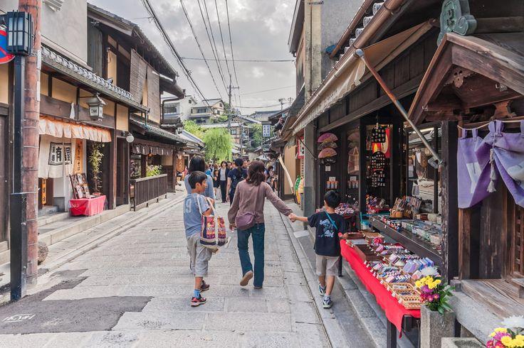 Shopping in Higashiyama #japan #kyoto #travel #streetphotography #travelphotography #higashiyama #ninenzaka #shopping
