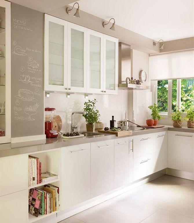 cocina con paredes en beige y mobiliario en blanco