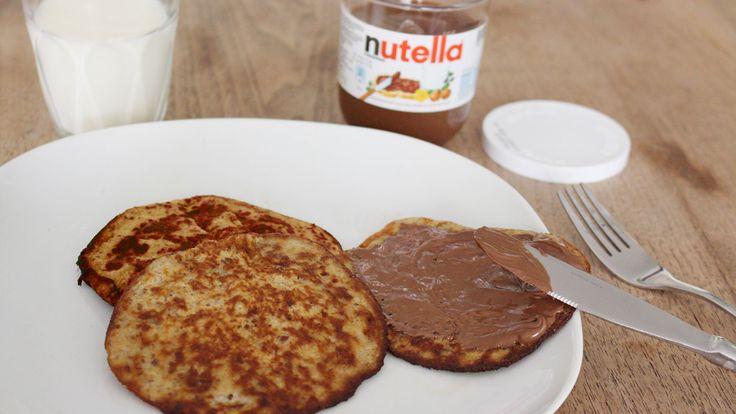 Nutella pannenkoek. Mix 1 kop havermout, 1 ei, half kopje melk en 1 in stukken gebroken banaan in een kom. Maak alles fijn en mix het geheel met een staafmixer. Verhit een klontje boter in de pan. Schep een soeplepel beslag in een koekenpan en bak de pannenkoek om en om aan beide kanten, tot deze goudbruin is.