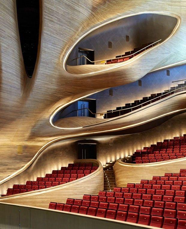 A Ópera House de Harbin, que tem projeto assinado pelo escritório MAD Architects, tem traços fluidos e espaços que aguçam os sentidos de seus visitantes.
