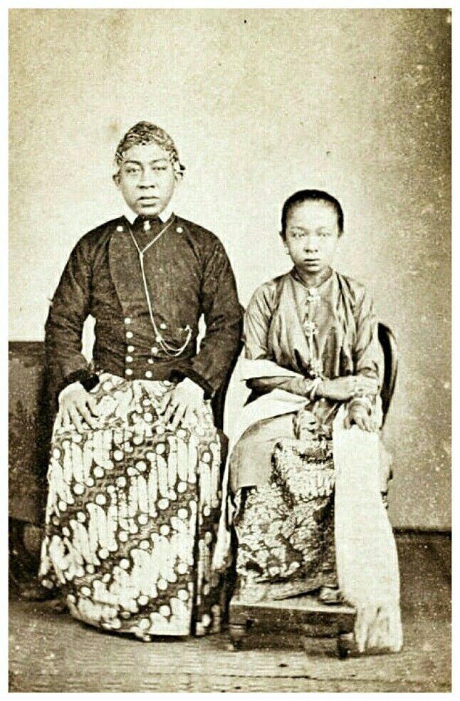 Wakil Bupati Pemalang circa 1863, Raden Toemenggoeng Reksa Negara dan istri. Woodbury & Page.