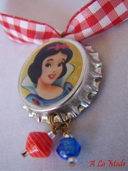 collar infantil – blancanieves  tapa de botella,cordon,cuentas acrilicas hecho a mano