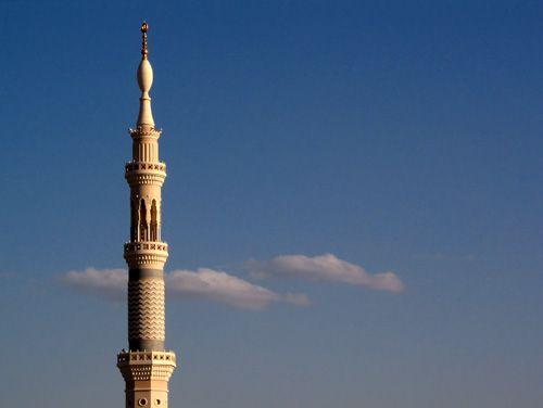 BOLEHKAH MENGERASKAN BACAAN SHALAT SIRRIYAH ATAU SEBALIKNYA DAN BIMBINGAN MENGGUNAKAN PENGERAS SUARA DI MASJID  Asy-Syaikh Muhammad bin Shalih Al-Utsaimin rahimahullah Pertanyaan: Pendengar yang bernama Muhammad Khair dari Suriyah mengatakan dalam suratnya: Apakah disyaratkan untuk mengeraskan suara pada shalat-shalat jahriyah semuanya dan apa hukumnya jika seseorang mengeraskan suara pada rakaat pertama dan melirihkan pada rakaat kedua? Jawaban: Melirihkan bacaan pada tempatnya dan…