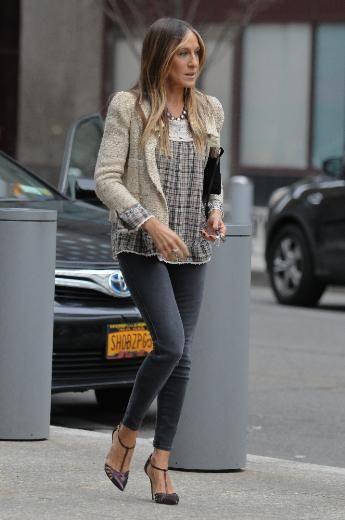"""SARAH JESSICA PARKER'IN SOKAK STİLİ HER YERDE ŞIK/ Onu Sex and the City dizisinin Carry Bradshaw'ı olarak tanıdık. Kendisi her ne kadar """"Ben stil ikonu değilim"""" dese de, günlük kıyafetleriyle bile modaya yön verdiği kesin. İşte Sarah Jessica Parker'ın sokak stilinden örnekler..."""