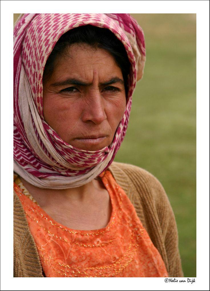 Nomade vrouw. In het Zagros gebergte in de omgeving van Shiraz (Provincice Fars) Iran, wonen nomaden van de Quashqa'i stam. De nomade vrouwen van deze stam dragen zeer kleurrijke lange gelaagde jurken maar geen chador.
