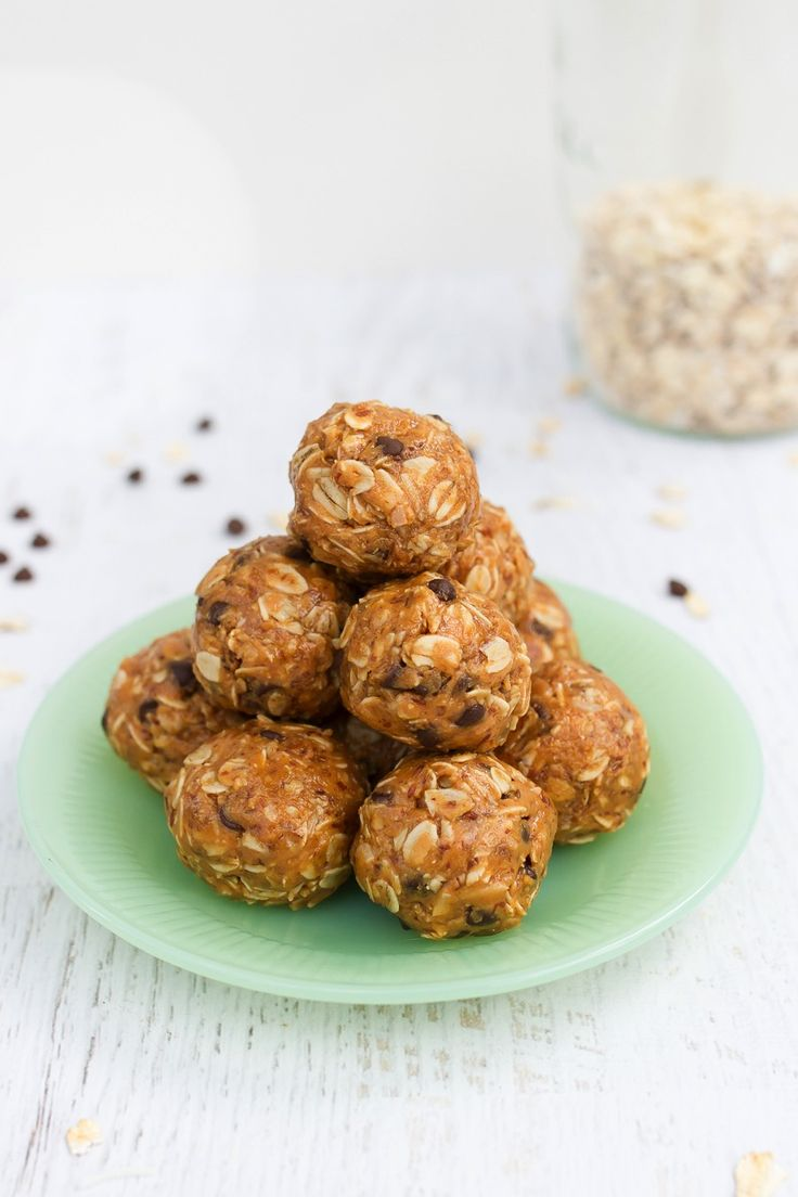 Peanut Butter No Bake Energy Balls // A granola bar in ball form, these peanut butter no bake energy balls require only one bowl, eight ingredients and about 10 minutes of hands-on prep time. You'll love having them as a portable snack option!