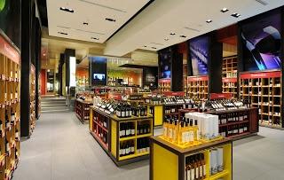 Tienda Mundo del Vino en Isidora Goyenechea 3000, Bogotá, Colombia. Construida por el arquitecto Tony Chi de Nueva York y los estudios de arquitectura de Freddy Droguett y Sergio Echeverría en Chile.