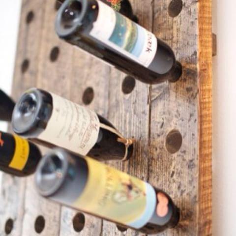 #vinstativ #vegg #drivved #gjenbruk #huller i tre #rødvin #hvitvin