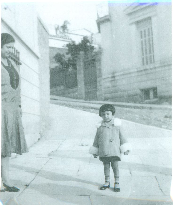 Manto Oikonomidou (1926-2015), Athens 1930, with her mother Tositsa street (Manto Oikonomidou Tositsa 1, 2008)