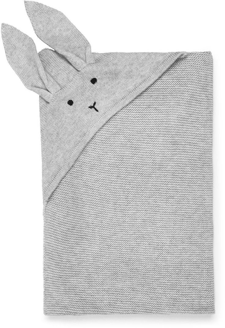Die kuschelige Baby-Decke Willie von Liewood hält Deinen Schatz auch in den kalten Monaten wunderbar warm. Dank der edlen Materialzusammensetzung aus Cashmere und Bio-Baumwolle fühlt sich die süße Hasen-Decke besonders weich und angenehm auf der Haut an. Mehr Infos findet Ihr unter www.kleinefabriek.com