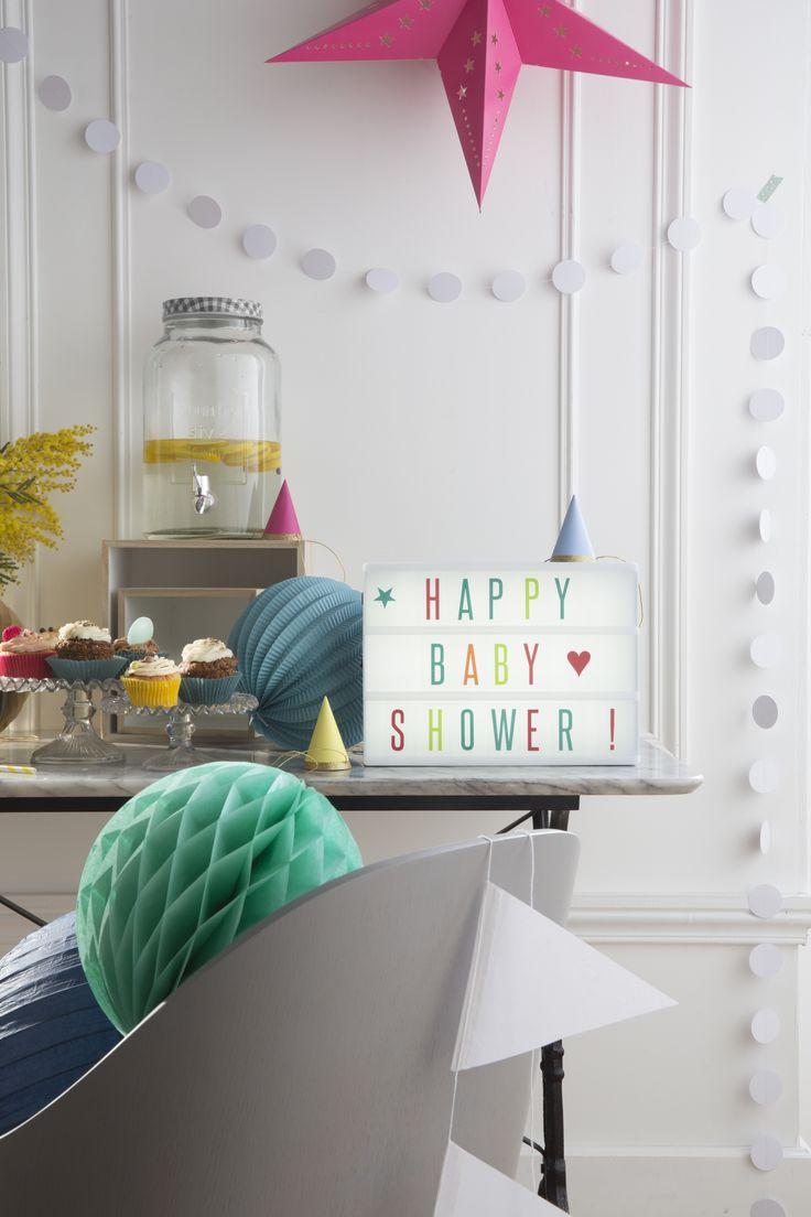 La Baby Shower SkyLantern vient de commencer ! Cette fête célébrant la naissance / fin de grossesse propose un accueil enchanteur pour bébé. On aime : la fontaine mason jar avec citrons, le bouquet de mimosa, la guirlande fanion blanc, la guirlande pastilles blanches, la lightbox et son set de lettres couleur et bien sûr... LES CUPCAKES ! Niveau décoration papier : étoile rose carton, boules chinoises alvéolées et lampions.