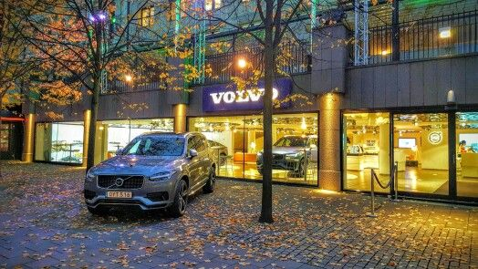 XC90 T8 R design in front of Volvo Car Showroom.
