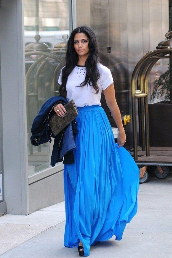 Camila Alves i en underbar, svepande, djupblå kjol!