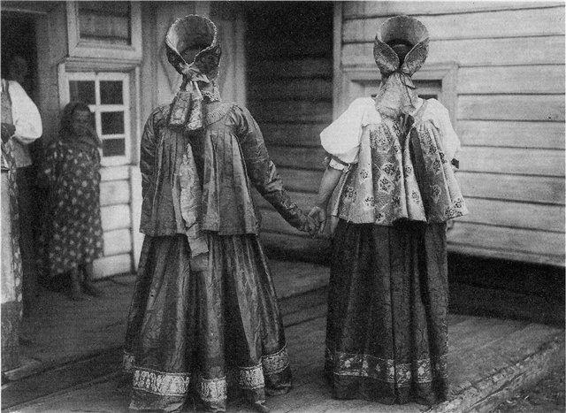 Девушки в праздничных костюмах. Архангельская губ. Фотография 1910 г.-Girls in festive costumes. Arkhangelsk Province. Photo 1910