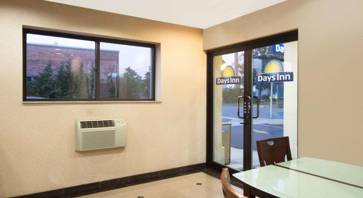 Days Inn Long Island/Copiague Copiague Offering easy access to the centre of New York City and located close to area motorways, this Copiague hotel features a number of complimentary amenities, friendly service and comfortable accommodations.