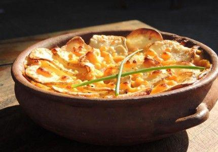 Imperdible plato de Humita con Papas y Cheddar, es exquisito! Mirá la receta en http://chuparselosdedos.com.ar/2013/10/humita-gratinada-con-papas-y-cheddar/