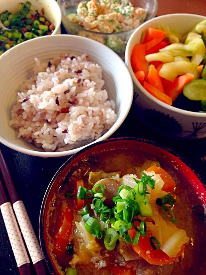 十穀米と具だくさんお味噌汁ランチ。セロリ胡瓜人参のぬか漬け。