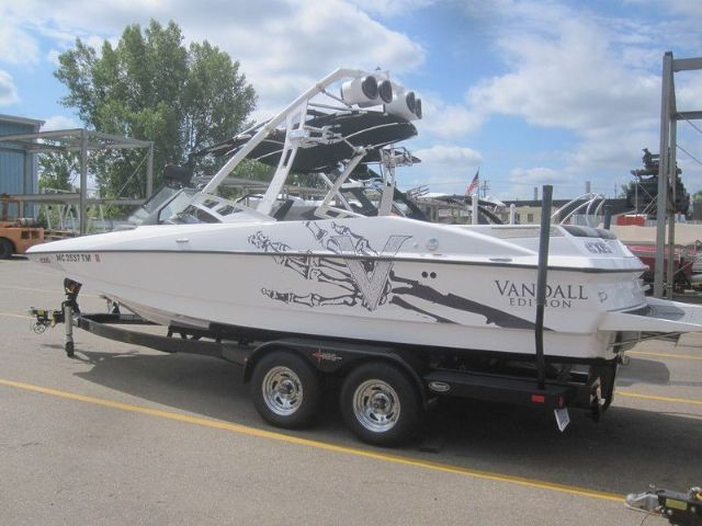 22.0 feet  2012 Axis Wake Research A-22 Vandall Edition Ski and Wakeboard Boat , White for sale in Waterford, MI