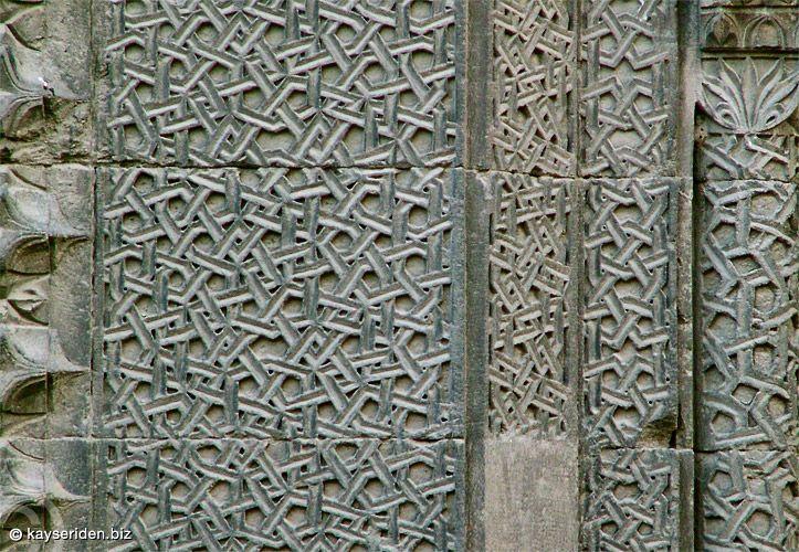 Hacı Kılıç Camii taçkapı taş süslemeleri (Kayseri)
