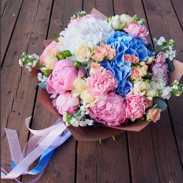 Стильный букет с гортензией, пионами, кустовыми розами и маттиолой