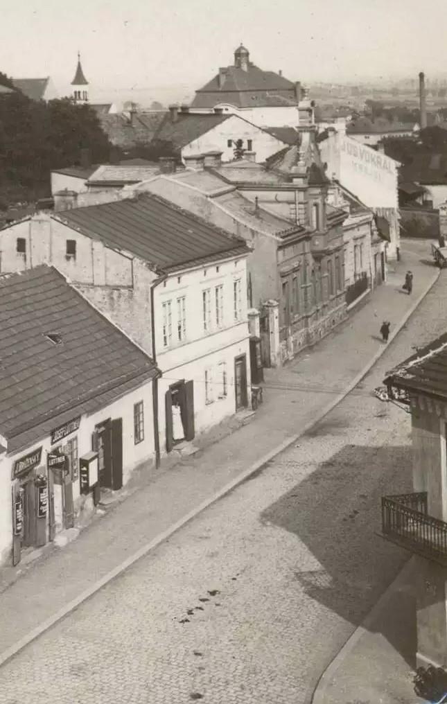 Tam co stoji ta pani ve dverich je tentyz dum,co je na uvodni foto 1915 Sb.VS