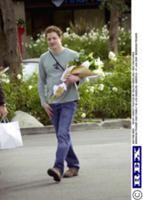 Брендан Фрейзер (Brendan Fraser) с букетом лилий в