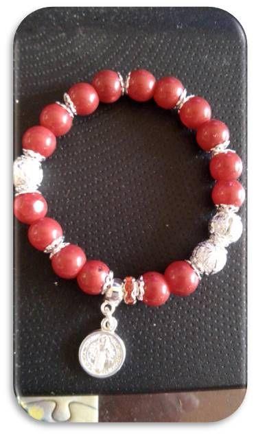 pulsera piedras rojas sintéticas, montadas en elástico, elementos y dije medalla San Benito en nikel plateado