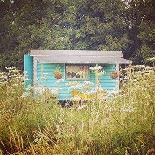 Instagram foto door deplaatjesmaakster - Slapen bij 'In het wijland' kan in een tipi, een jaren 70 caravan of deze té schattige pipowagen.  #deplaatjesmaakster #plaatjesmaakster #plaatjes #fotografie #foto #iPhone5 #VSCOcam #inhetwijland #Bemmel #Pipowagen