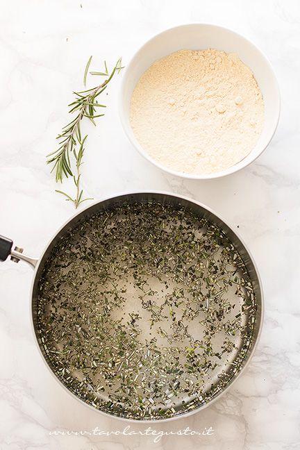 Come fare le chips di farina di ceci e rosmarinoMiscelate le farine e setacciatele bene.Riempite una pentola d'acqua, aggiungete il sale e portate ad ebollizione, aggiungete il rosmarino finemente …