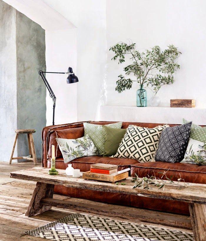 3. sofá piel marrón con cojines_exterior con vistas_blog decoración