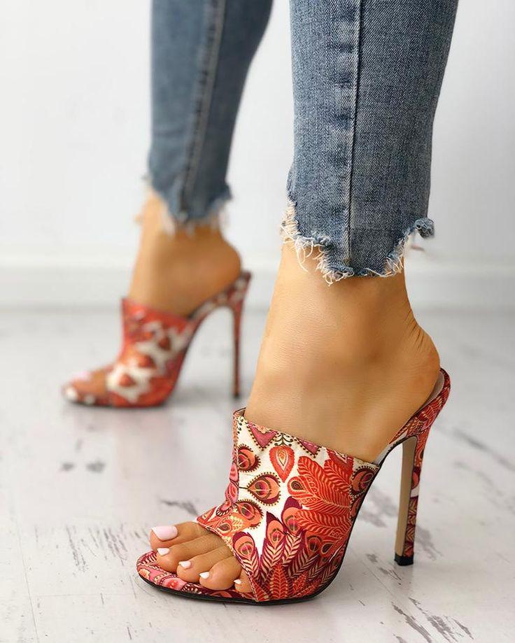 Sandalias de tacón delgado con estampado de plumas de pavo real