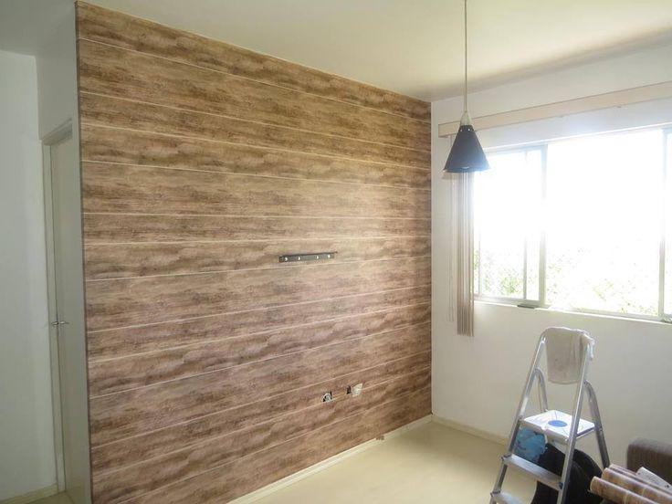 O papel de parede que imita textura de madeira  dá um efeito incrível no ambiente. Com as conexões para passagens de fios e toma...