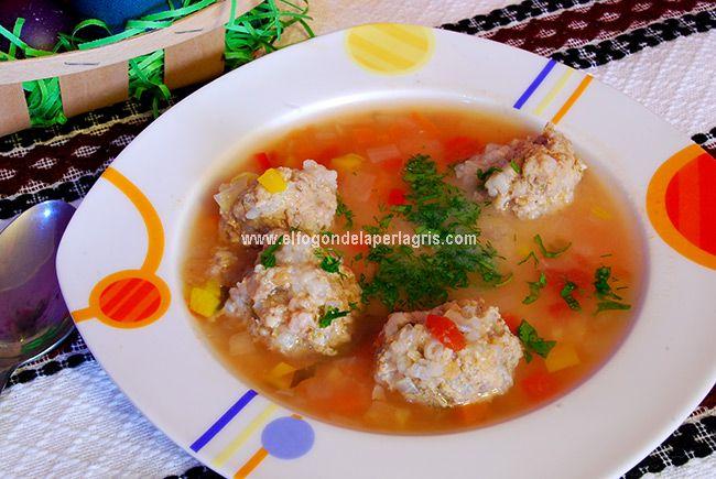 Supa de perisoare de Rumanía. La sopa de perisoare  o sopa de albóndigas es una de las recetas más tradicionales de la cocina Rumana. Pe...
